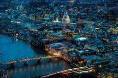 伦敦晚上 往泰晤士河、伦敦桥&圣保罗的大教堂的北部 库存图片