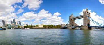 伦敦有塔桥梁和伦敦塔的市全景 库存照片