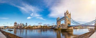 伦敦有泰晤士河塔桥梁和拖曳的都市风景全景 库存照片