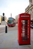 伦敦标志电话亭和公共汽车 库存图片