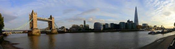 伦敦桥、财政大厦和泰晤士河全景 库存图片