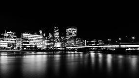 伦敦桥和大厦在伦敦在晚上 免版税库存图片