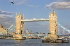伦敦桥和飞机 免版税库存图片