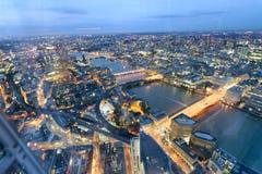 伦敦桥梁和地平线鸟瞰图在晚上,伦敦 免版税图库摄影
