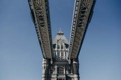 伦敦桥的美丽的射击从下面 免版税库存照片