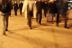 伦敦桥的通勤者在晚上 免版税库存照片