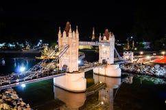 伦敦桥desde carca的夜摄影在微型公园的是显示微型大厦和模型的一个露天场所 图库摄影