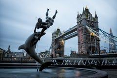 伦敦横跨泰晤士河的塔桥梁 库存图片