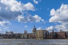 伦敦江边泰晤士河圣保罗大教堂英国单位 免版税图库摄影