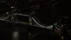 伦敦泰晤士河塔桥的夜空航景 股票视频