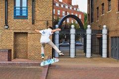 伦敦溜冰者泰晤士河堤防伦敦英国 库存照片