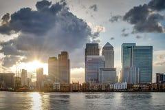 伦敦的地平线在日落的一多云天 免版税库存图片