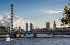 伦敦的地平线如被看见从滑铁卢桥梁 库存照片