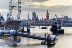 伦敦眼、威斯敏斯特桥梁和大本钟在晚上 图库摄影