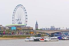 伦敦眼和大本钟在魂断蓝桥附近在伦敦 免版税库存照片