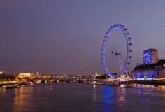 伦敦眼和泰晤士夜场面 库存照片