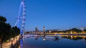 伦敦眼和泰晤士河 免版税库存图片