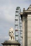 伦敦眼和狮子 免版税图库摄影