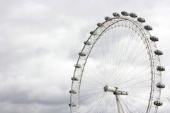伦敦眼在一多云天 免版税库存图片