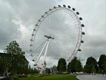 伦敦眼在南银行伦敦的一个巨型轮渡轮子 库存图片