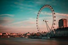 伦敦眼日出红色/蓝色 库存照片