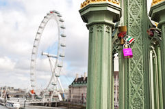 伦敦眼是巨型弗累斯大转轮在泰晤士河的南岸在伦敦 免版税库存图片
