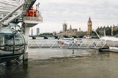 伦敦眼睛、威斯敏斯特桥梁、Parliamen大本钟和议院  免版税库存图片