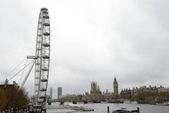 伦敦眼睛、威斯敏斯特议会桥梁和房子  库存照片