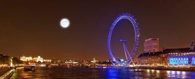 伦敦眼睛和泰晤士河在夜,伦敦,英国之前 免版税图库摄影