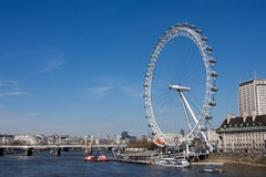 伦敦眼睛和泰晤士河 免版税图库摄影