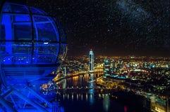 伦敦眼睛地平线在与星天空的晚上  免版税库存照片