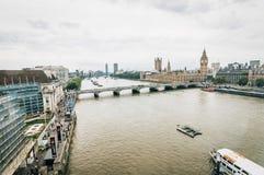 从伦敦眼睛的大角度看法:威斯敏斯特桥梁的大本钟 免版税图库摄影