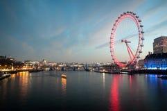 伦敦眼,在日出前的都市风景从威斯敏斯特桥梁 伦敦英国 免版税库存照片