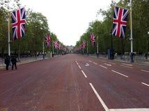 伦敦第60或第75周年纪念,采取从路的中心有许多英国旗子的 免版税库存图片