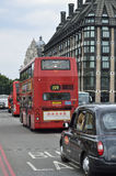 伦敦红色公共汽车和老黑小室在伦敦 图库摄影