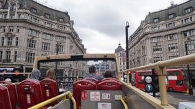 伦敦红色公共汽车游人 免版税库存照片
