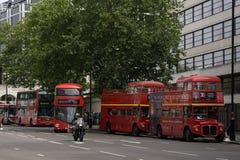 伦敦红色公共汽车老和新式在eachother旁边 免版税库存照片