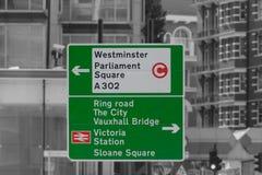 伦敦绿色方向路标 免版税图库摄影