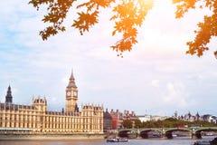 伦敦美丽的景色,大本钟,在泰晤士河附近的建筑学 免版税库存图片