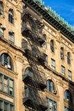 伦敦苏豪区与防火梯的砖瓦房,华丽檐口,纽约 免版税库存图片