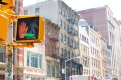 伦敦苏豪区中止peaton红灯在曼哈顿纽约 免版税库存照片