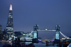 伦敦英国02/12/2017 塔桥梁和碎片在伦敦 图库摄影
