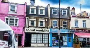 伦敦英国 小酒吧、雇佣公司和旅行局在沃伦街, Cross国王上 免版税库存照片