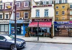 伦敦英国 小酒吧、雇佣公司和旅行局在沃伦街, Cross国王上 库存照片