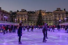 伦敦英国- 12月29日 2015年:溜冰者获得乐趣在萨默塞特Ho 免版税库存照片