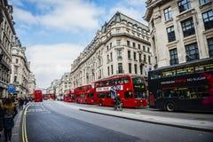 伦敦街道有壮观的建筑学和偶象skys的 免版税库存照片