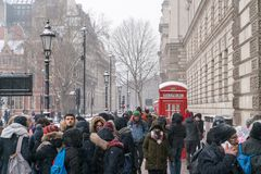伦敦覆盖物的人们从雪 免版税库存图片