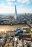 伦敦视图包括泰晤士河,伦敦桥梁和碎片 库存照片