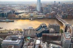 伦敦视图包括泰晤士河,伦敦桥梁和碎片 免版税库存图片