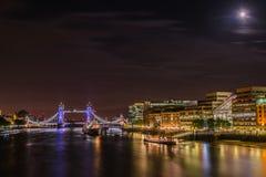 伦敦这塔Brigde和HMS贝尔法斯特在晚上 免版税库存图片